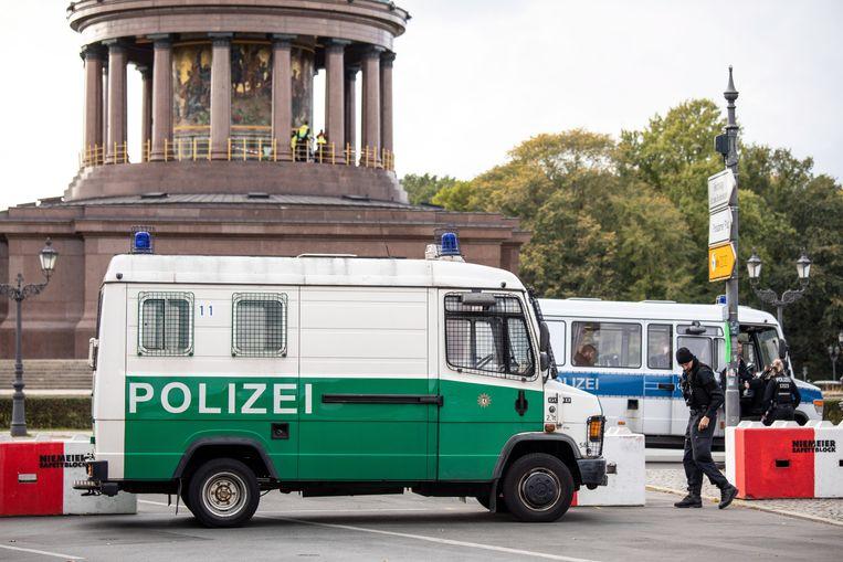 Een wegversperring door de Duitse politie bij de Siegessäule op de weg naar het festival van de Dag van de Duitse Eenheid in Berlijn. Beeld EPA
