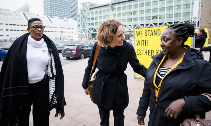 Weduwen Esther Kiobel en Victoria Bera vanmorgen voor de rechtbank