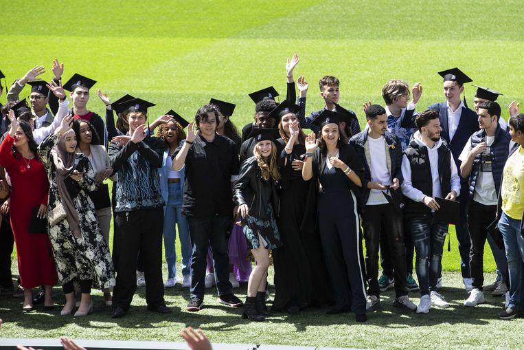 Scholieren ontvingen hun diploma dit schooljaar op de meeste uiteenlopende plekken, waaronder het Rotterdamse voetbalstadion de Kuip.  Beeld ANP
