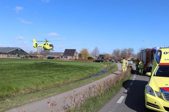 Een traumahelikopter arriveert bij de plek langs de N458 bij Woerden waar een motorrijder verongelukte.