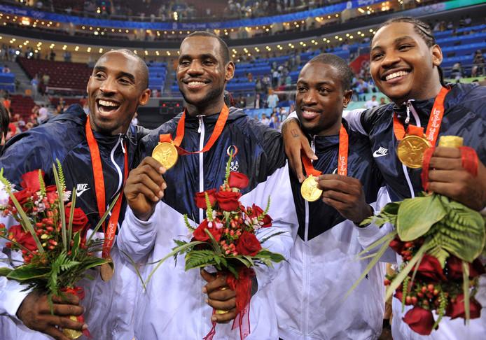 Kobe Bryant werd twee keer olympisch kampioen met Team USA, in 2008 in Beijing en in 2012 in Londen. Hier staat hij na de gewonnen finale in 2008 naast LeBron James, Dwyane Wade en Carmelo Anthony.