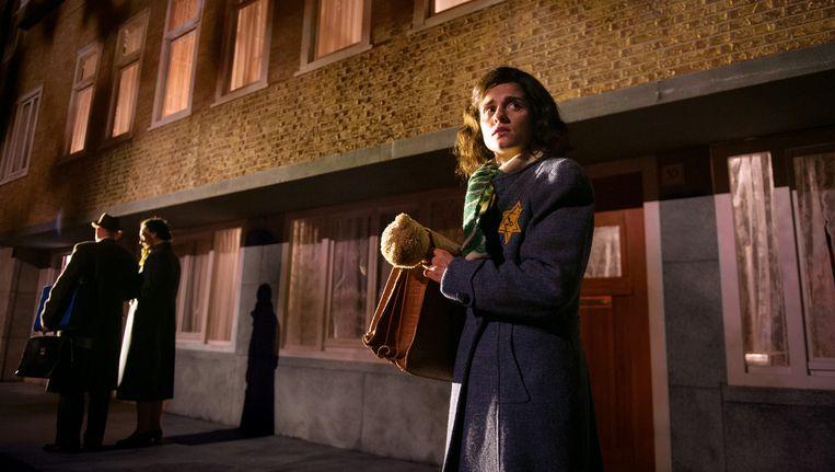 Anne vertrekt van het Merwedeplein naar het Achterhuis. Beeld Kurt van der Elst