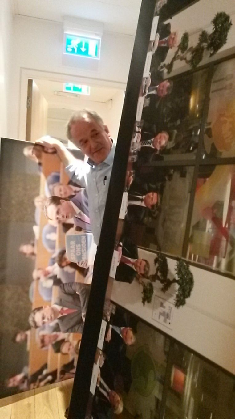 De verslaggever treft in het trapgat dat leidt naar de redactie twee enorme doeken aan, daar achtergelaten door FNV-voorman Heerts. Het linker doek: Pechtold met een FNV-reclame in de Kamer. Rechts: vakbeweging, werkgevers en kabinet tekenen het sociaal akkoord. Beeld Haagse redactie