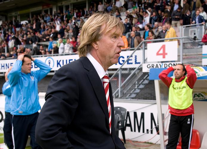 Ongeloof bij Aad de Mos na de nederlaag tegen Excelsior in de play-offs.