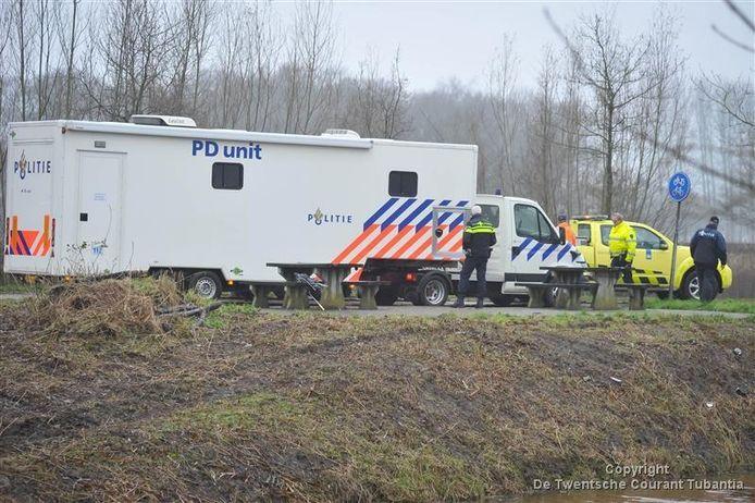 Politie in actie na de vondst van het lichaam van Lorenzo Hardy in het Twentekanaal.