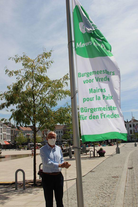 Burgemeester Marnic De Meulemeester (Open Vld) hijst de Mayors for Peace-vlag.