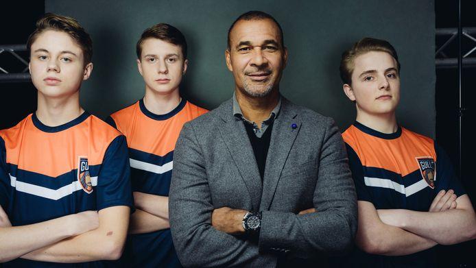 In 2018 richtte Ruud Gullit zijn eigen FIFA-team op. Hier poseerde hij met de eerste lichting spelers die onder Team Gullit professioneel FIFA ging spelen. Van links naar rechts: Dani Visser, Julian van den Berg, Ruud Gullit en Floris Jorna