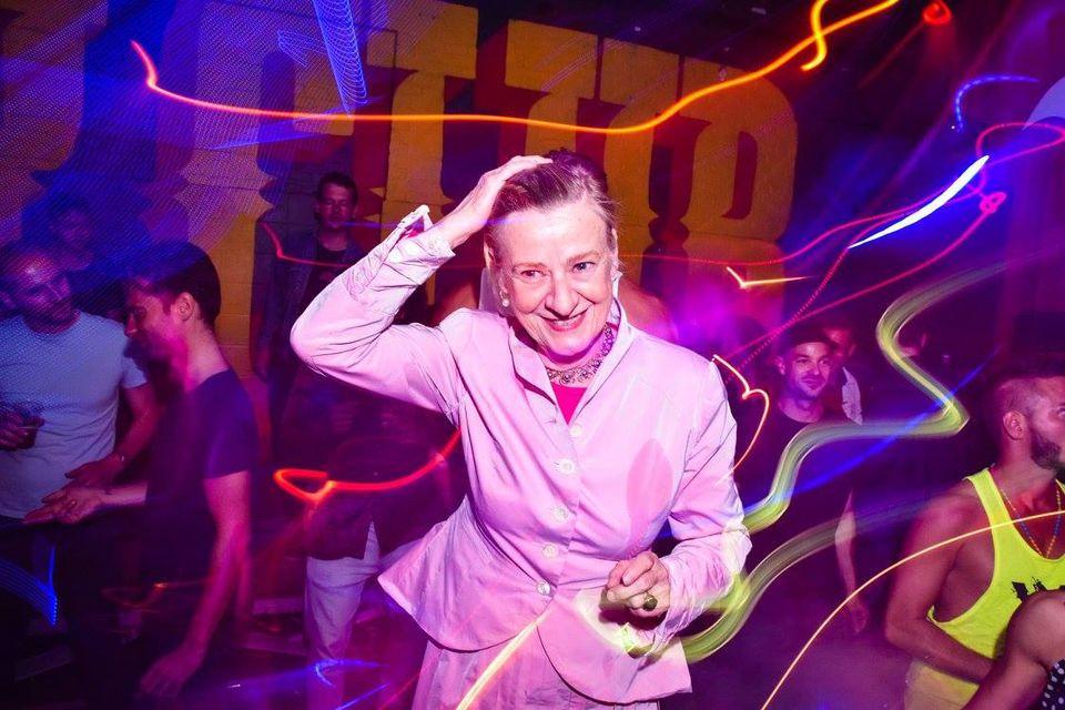 Ilske gaat uit haar bol op de dansvloer van club PIP op de Binckhorst.
