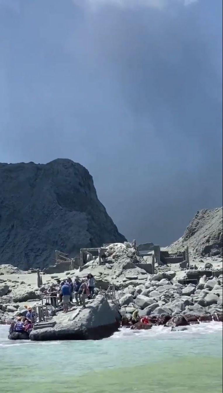 Toeristen en gidsen ontvluchten White Island na de eruptie.