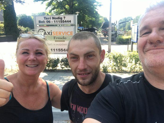 Bartik (midden) met gedupeerden én weldoeners Saskia Zwolsman en Willem Angel.