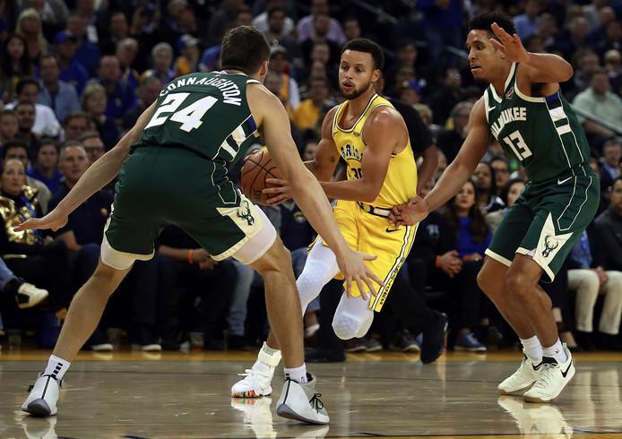 Golden State Warriors verloor op eigen veld van Milwaukee Bucks en zag Stephen Curry (m) geblesseerd uitvallen.