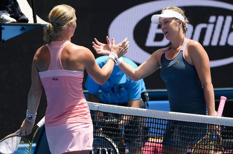 Anastasia Pavlyuchenkova (r) wordt gefeliciteerd door Kiki Bertens.  Beeld AP