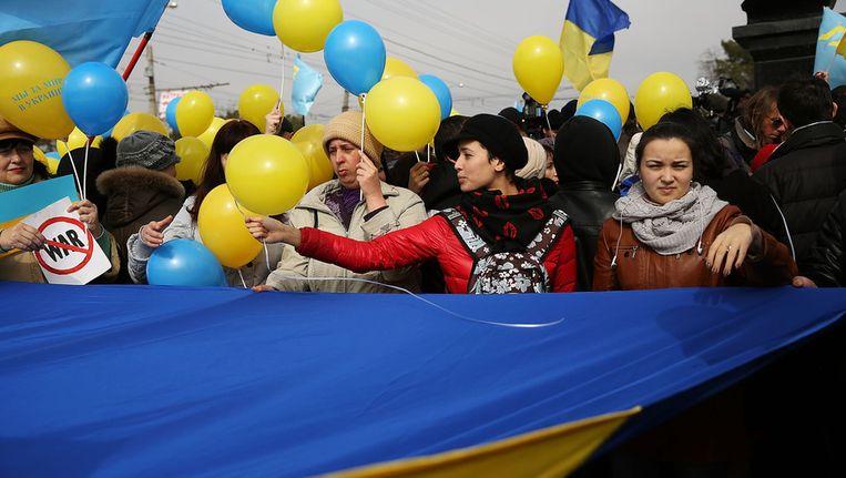 Demonstranten gaan de straat op in Simferopol om te protesteren tegen de Russische interventie op de Krim. Beeld getty