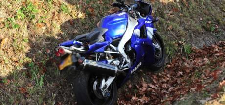 Motorrijder vliegt uit de bocht en belandt in de sloot in Neerkant