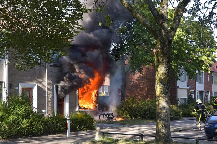 De vlammen slaan uit de woning