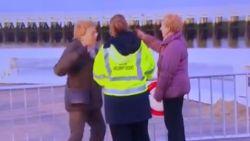 """Beveiliger ziet tijdens interview hoe duo hek van afgesloten staketsel probeert te openen: """"Maar madamschen toch!"""""""