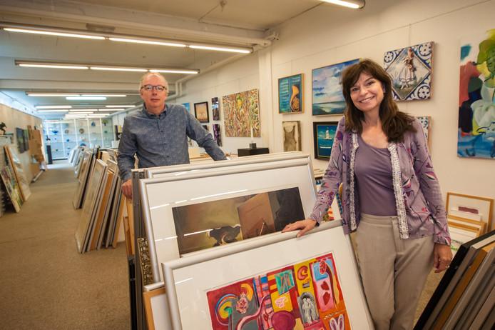 Henk Heijnen en Marlous Schijlen vertellen over 40 jaar Kunstuitleen in Gouda.