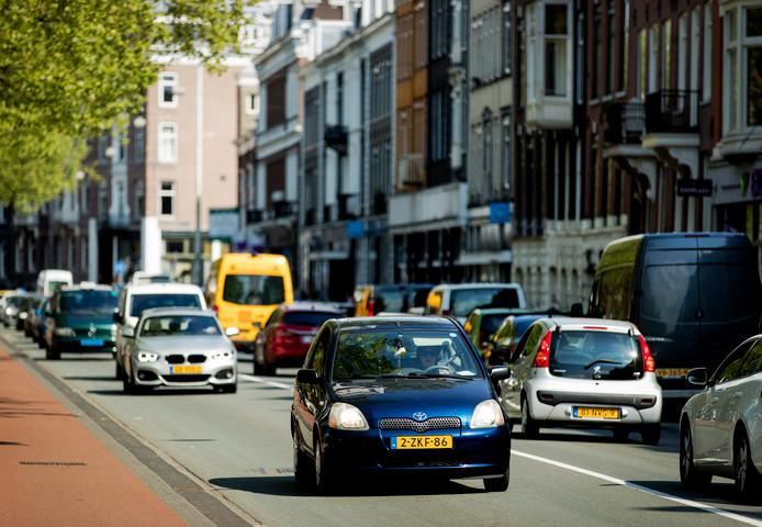 Autos rijden over de Stadhouderskade in Amsterdam.