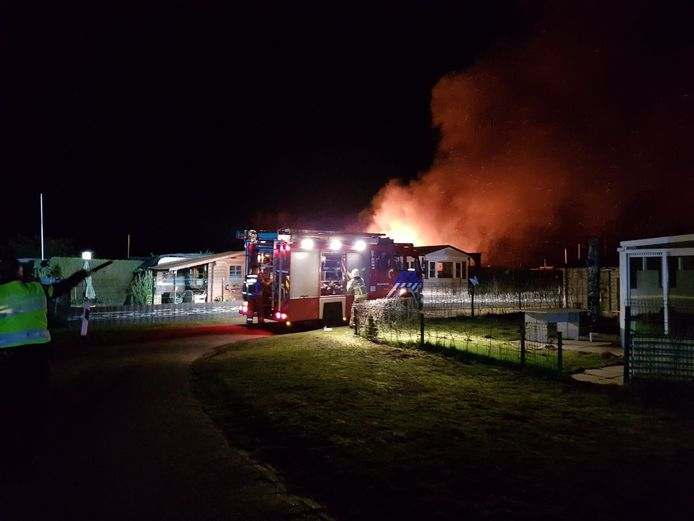 De brandweer bestrijdt het vuur.