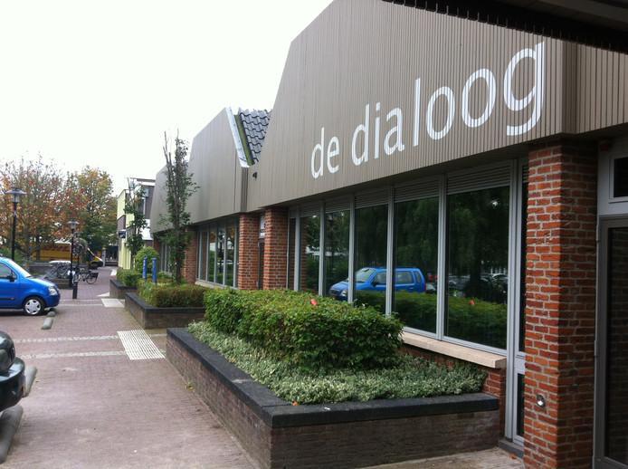 Theater De Dialoog staat aan het Raadhuisplein in Ermelo.
