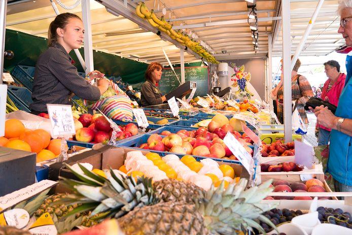 Marktkraam met fruit (ter illustratie)