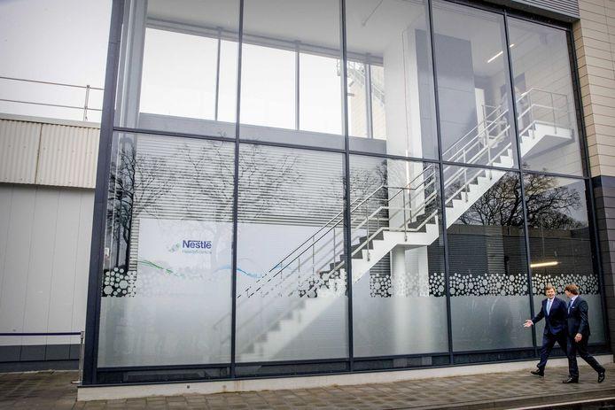 Koning Willem-Alexander opent de uitbreiding van de babyvoedingsfabriek van Nestle. Na de openingshandeling kreeg de koning een rondleiding door de fabriek.