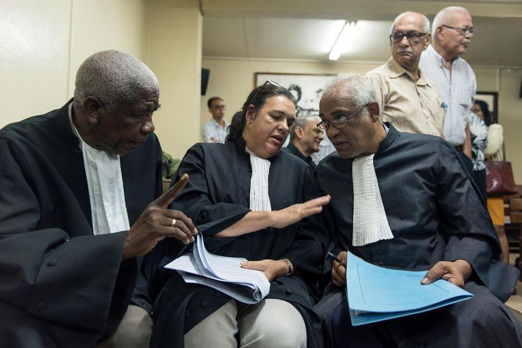 Advocaat Hugo Essed (rechts, zittend) vorig jaar tijdens de zitting van de krijgsraad waarop het OM vroeg de vervolging van Bouterse en de 24 andere verdachten te staken. Beeld ANP/Pieter van Maele