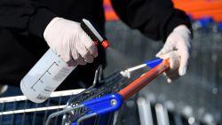Kan het coronavirus worden doorgegeven via deurklink of winkelkar? En wat doen we nu best om niet besmet te raken?