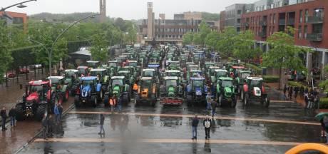 Boeren bezetten Meerpaalplein in Dronten met 120 tractoren en groep onderweg naar Lelystad Airport