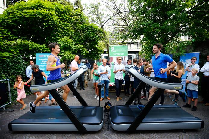 Aron Blankesteijn (26) probeert Paul Zwama bij te benen in zijn tempo van ruim 18 kilometer per uur.
