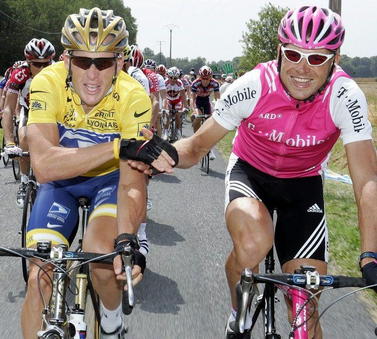 Jan Ullricht (r) feliciteert Lance Armstrong met zijn zesde Tourzege (2004) Beeld EPA