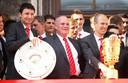 Mark van Bommel en Arjen Robben in mei 2010 met Uli Hoeness op de Marienplatz in München, om de winst van de Bundesliga en DFB-Pokal te vieren.
