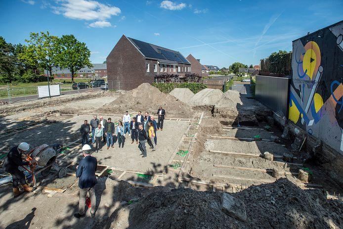 Wethouder Daan Quaars (linksonder) bij de start van een woningbouwproject in de Driesprong in 2018.