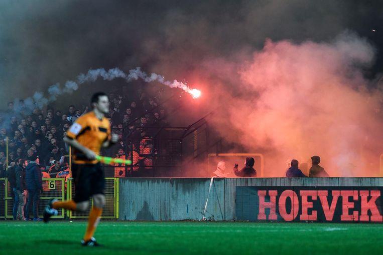 Een vuurpijl vliegt van de ene supportersclan naar de andere tijdens Lierse - Beerschot.