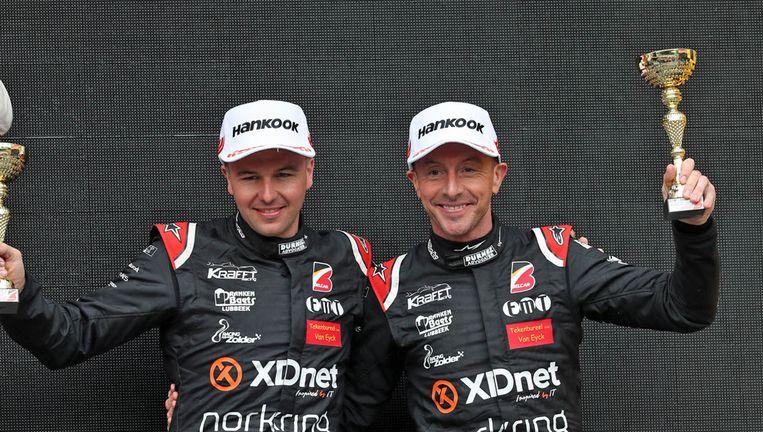 Stienes en Bert Longin op het podium. Vader en zoon beschikken duidelijk over dezelfde genen op het racecircuit.