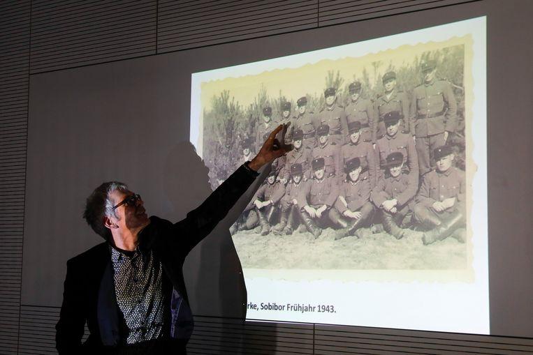 Hoewel hij het tot aan zijn dood steeds is blijven ontkennen, bewijzen de opgedoken foto's dat Demjanjuk wel degelijk in het nazi-vernietigingskamp aanwezig was.