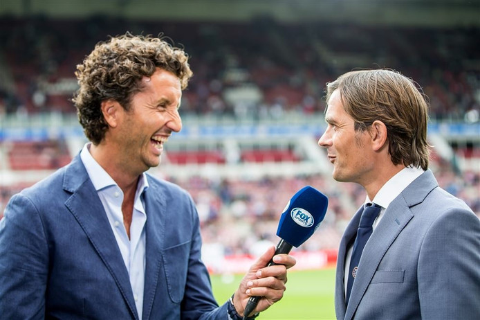 FOX Sports-presentator Jan Joost van Gangelen in gesprek met PSV-trainer Phillip Cocu.