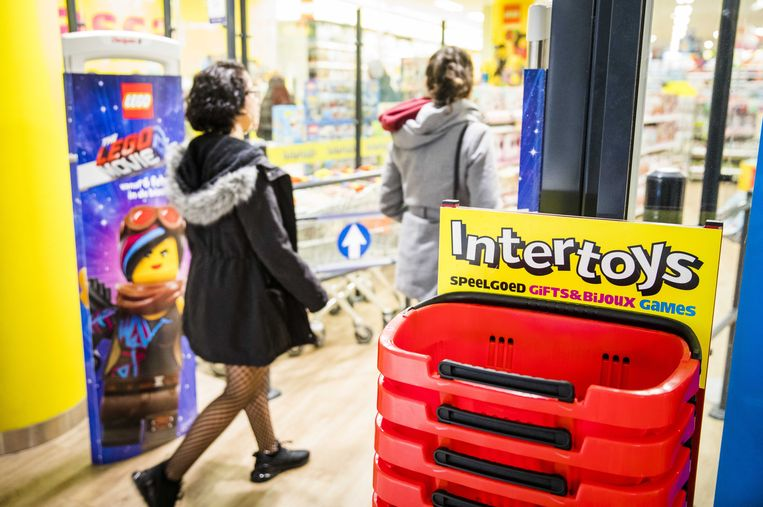 Een filiaal van Intertoys. Speelgoedwinkelketen Intertoys heeft uitstel van betaling aangevraagd voor zijn Nederlandse activiteiten. Het bedrijf kampt naar eigen zeggen met aanhoudende zware marktomstandigheden, waardoor een 'stevige herstructurering' van de organisatie noodzakelijk is.  Beeld ANP