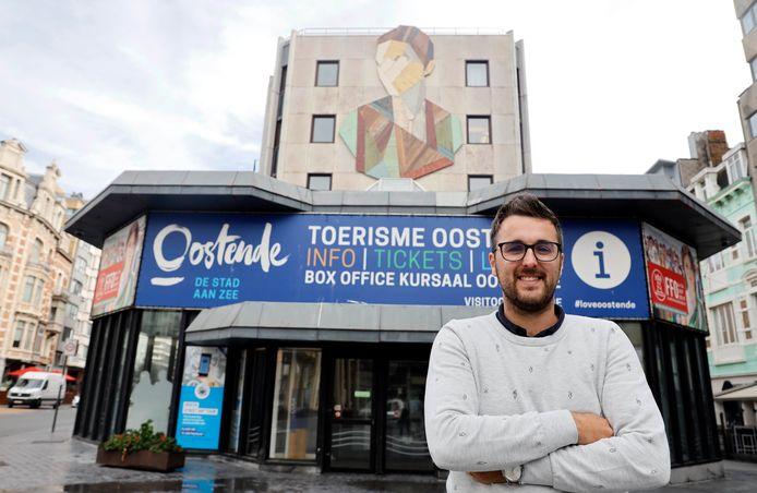 Niels D'Hoedt bij het bureau van Toerisme Oostende.