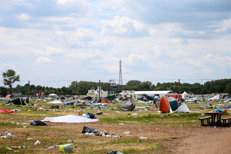 Op de verlaten campings blijft enorm veel afval achter, waaronder vaak ook tenten en nog bruikbare spullen.