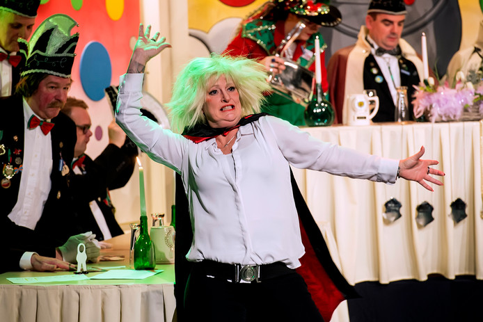 Marie-Claire Schut op het podium als Ans Klok, het zusje van Hans. ,,Ik probeer het publiek zo te betoveren dat ze onder hun stoel liggen van het lachen.''