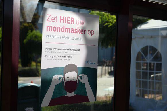 Het spreekt voor zich dat afstand houden en een mondmasker dragen verplicht is in het Leuvense ziekenhuis.