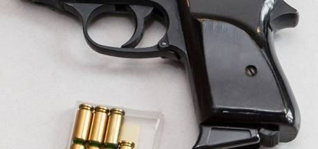 Politie pakt jonge Apeldoorners alarmpistool en harddrugs af