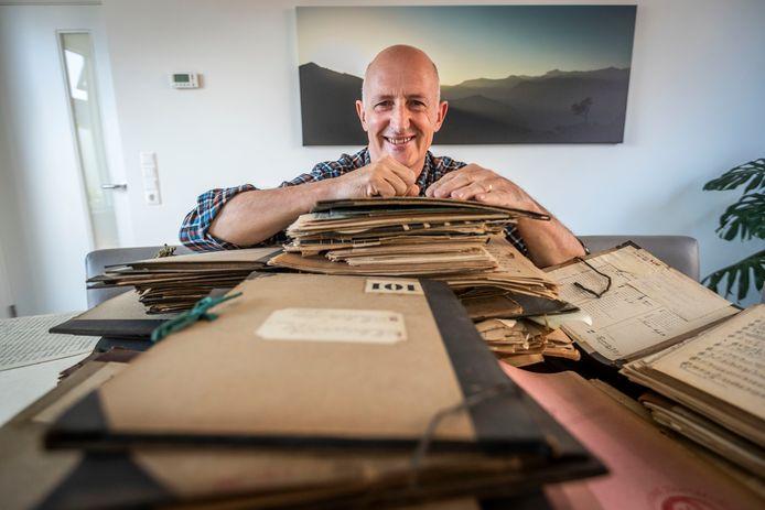 Maarten Mols bij een aantal van de mappen met oude bladmuziek.