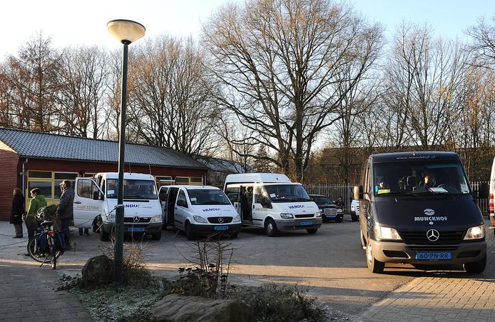 Taxibusjes bij De Wingerd in Cuijk, school voor speciaal basisonderwijs.
