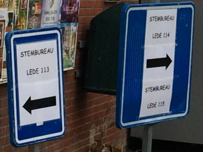 Wegwijzers naar stembureau's in Lede.