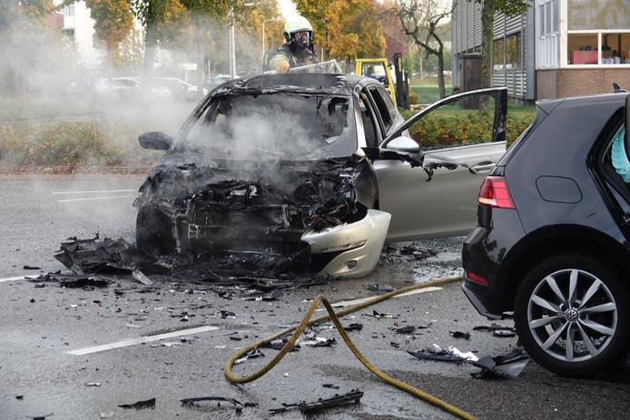 Een van de twee auto's is na de botsing op de kruising Moerheimstraat-Rollepaal in Dedemsvaart uitgebrand.