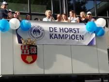 Kersverse korfbalkampioenen gehuldigd op het bordes in Groesbeek