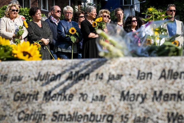 Nabestaanden bij het MH17-monument in Hilversum, vijf jaar na de ramp met het vliegtuig van Malaysia Airlines. De gemeente organiseerde een herdenking in het Dudokpark om de vijftien omgekomen inwoners van Hilversum te herdenken.  Beeld ANP