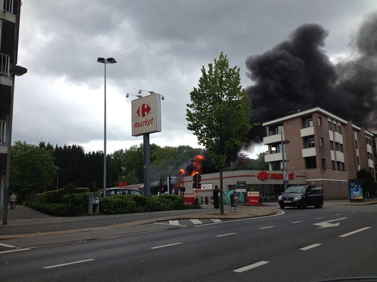 De winkelkarretjes van Carrefour gingen in vlammen op.